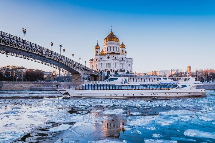 Новый год в центре Москвы на яхте, рассекающей лед!